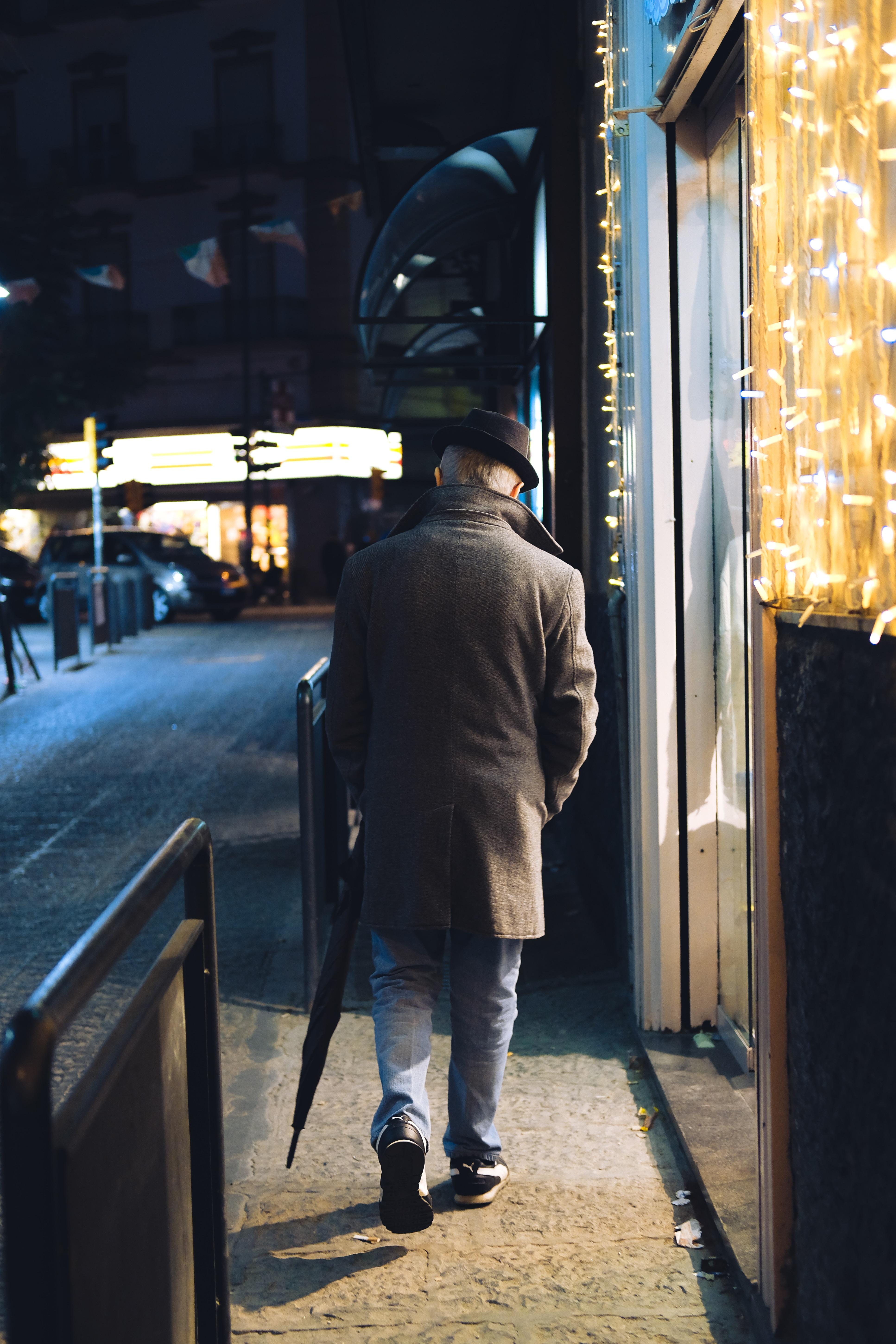 foto de una persona mayor caminando por la calle.
