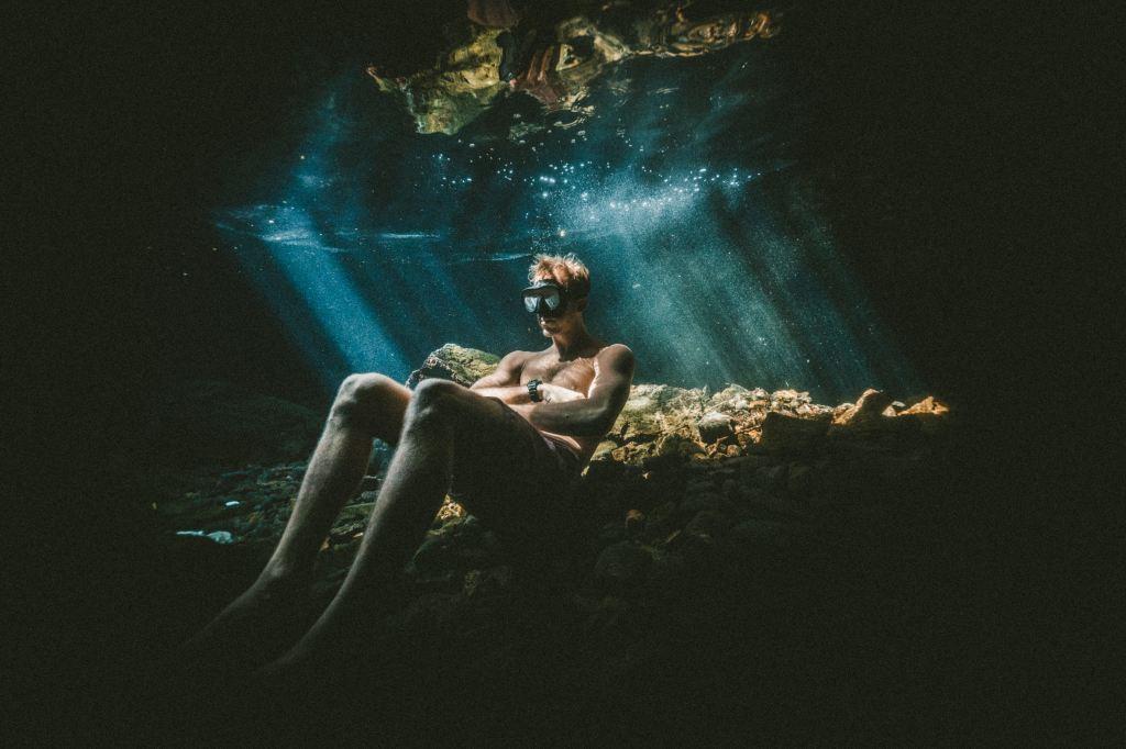 foto de alguien bajo el agua, haciendo nada.