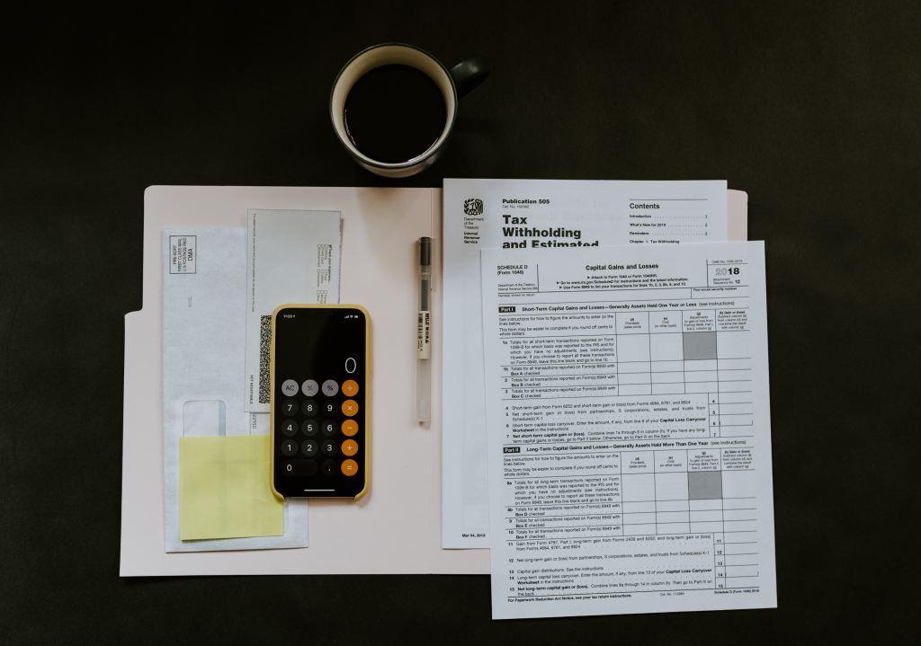 foto de una persona pagando impuestos