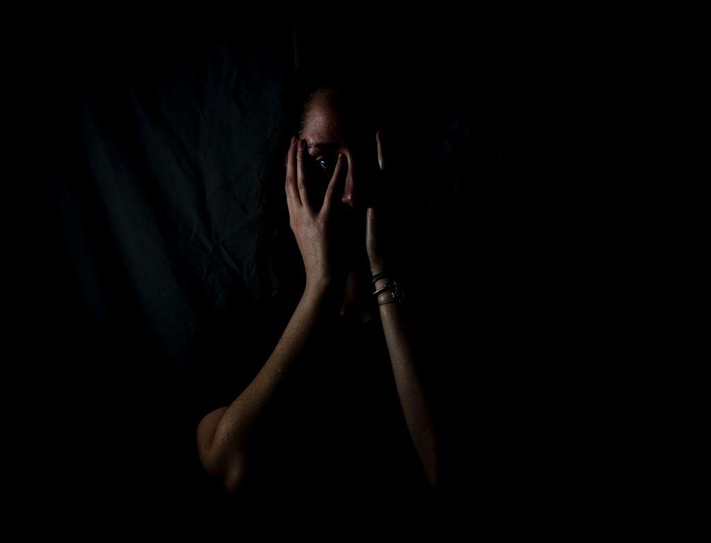 foto de una persona con miedo